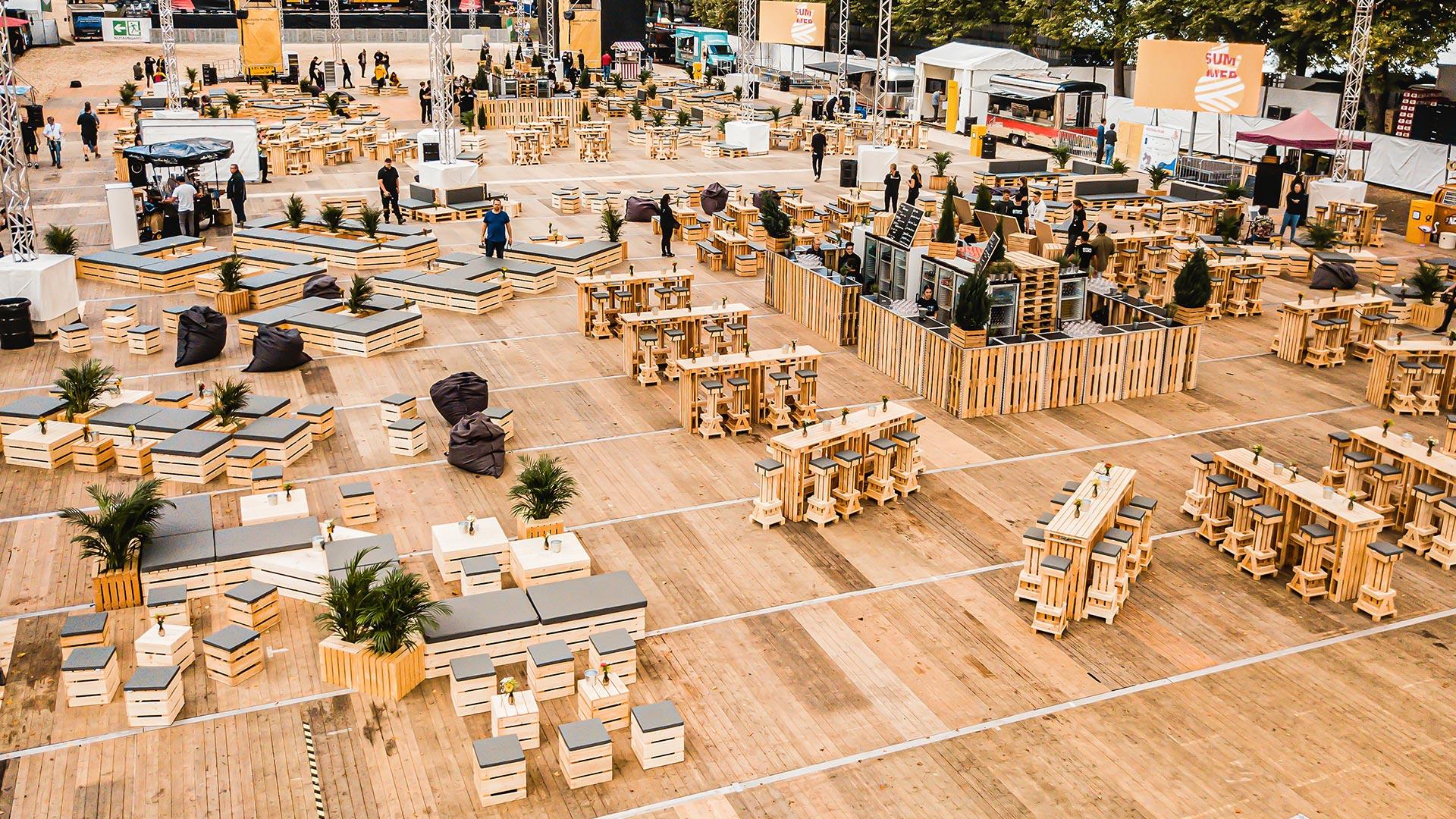 Firmenevent: Ausgestattet mit Massivholzmöbeln in Palettenoptik von supersack.de