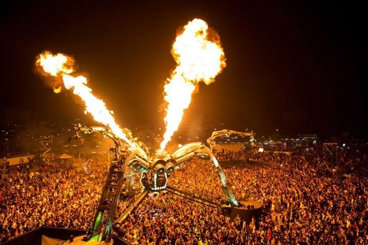 Arcadia Spider mit Sir Henry Hot Feuermaschinen